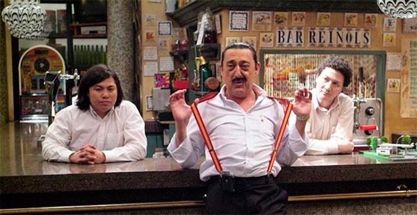 Mauricio y sus empleados en el Bar Reinols. Serie Aida.