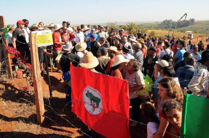 Miembros del Movimiento de los Sin Tierra de Brasil ocupan una fazienda en marzo de 2014. Foto:Zitto News
