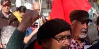 Un militante del partido encargado de la distribución de periódicos. Foto: pcp.