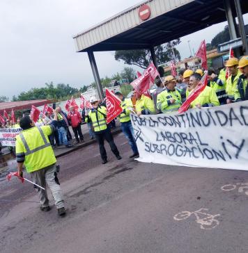 Concentración de trabajadores de Dragados en la puerta de Veriña de ArcelorMittal. Foto: La Mayoría