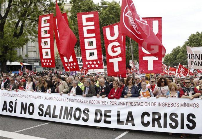 Pancarta de cabecera de la manifestación de CCOO y UGT en el 1º de mayo de 2015 en Madrid.