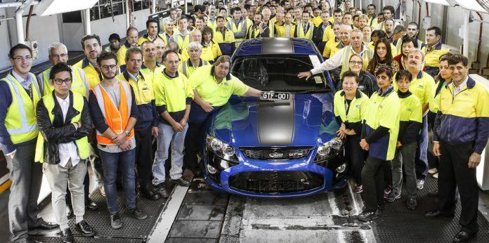 Foto de familia de los trabajadores de una planta de fabricación de coches.