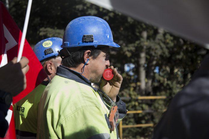 Un trabajador de la subcontrata Acciona en la concentración la pasada semana en Veriña. También están teniendo problemas con la política de subcontratación de AM. Foto: Alisa Guerrero