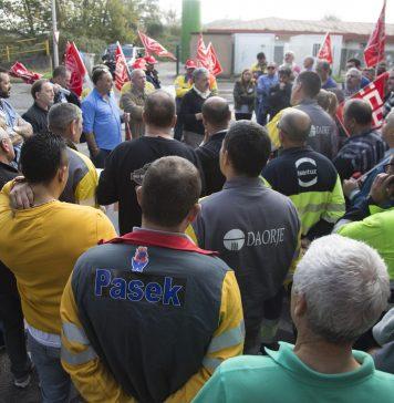 Asamblea de delegados de empresas auxiliares de ArcelorMittal al finalizar una concentración. Foto: Alisa Guerrero