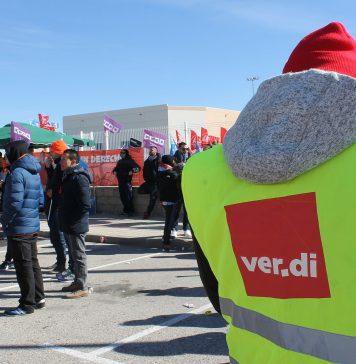 Un delegado del sindicato alemán Ver.di en el piquete de Amazon MAD4 en San Fernando de Henares durante la pasada huelga de marzo. Foto de @pacolavadog