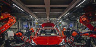 En Tesla, la instalación de los asientos también está automatizada, algo inusual en la industria. Foto: Balazs Gardi (Bloomberg)