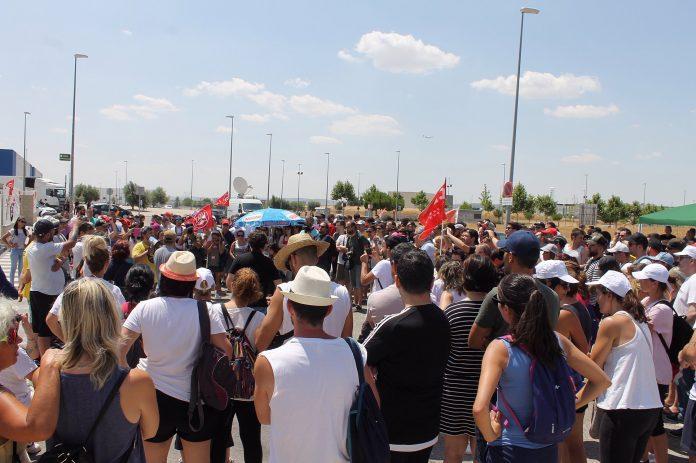 Piquete informativo en la entrada del almacén MAD4 de Amazon en San Fernando de Henares durante la huelga de Amazon del PrimeDay. Foto de @pacolavadog