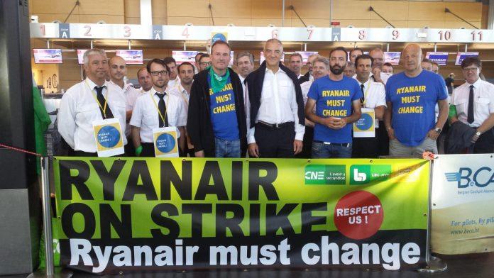 Concentración de trabajadores de Ryanair en el aeropuerto de Charleroi. Bélgica. En primera fila, primero por la derecha: Yves Lambot. Foto: Ryanair must change. 10 de agosto de 2018