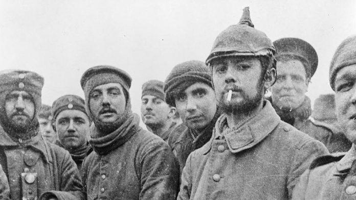 Soldado alemanes y británicos confraternizan en el Día de Navidad de 1914, en Ploegsteert, Belgica. La Tregua de Navidad fue una acción espontánea de lo soldados y fue duramente reprimida por los mandos de ambos bandos. Foto: Wikimedia.