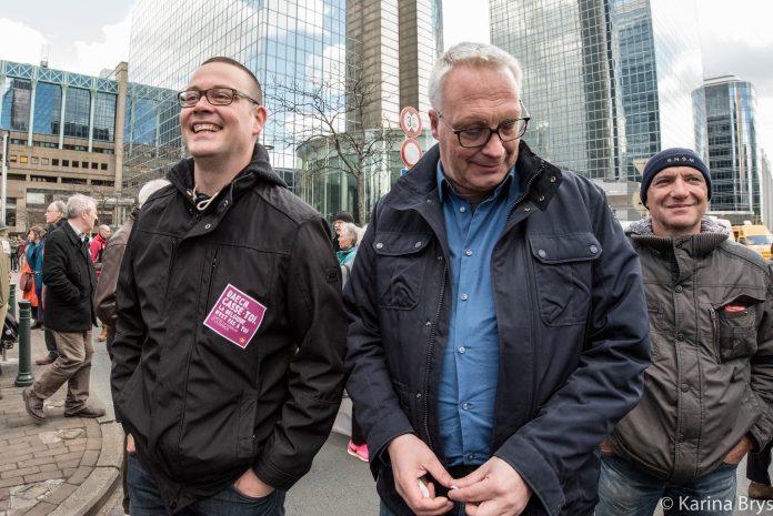 Raoul Hedebouw (izquierda) y Peter Mertens (derecha) en la manifestación 'Todos juntos' contra el racismo, en Bruselas en abril de 2016. (Foto Solidaire, Karina Brys).