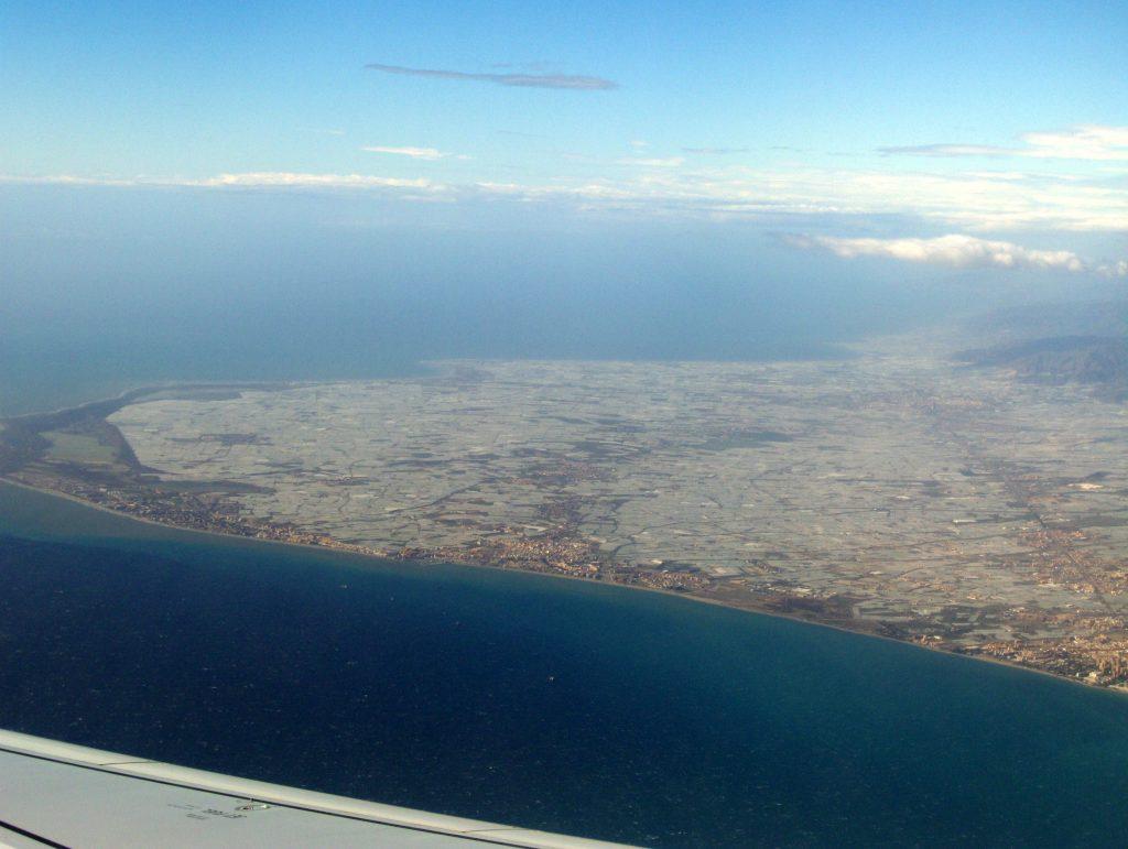El Mar de Plástico de Almería visto desde el aire.