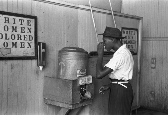 Afroestadounidense bebiendo de una fuente asignada a personas de color a mediados del siglo XX. Foto: Russell Lee, Biblioteca del Congreso EE.UU.