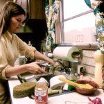 Mujer realizando trabajo doméstico. Octubre de 1974. Foto: Horacio Villalobos (Wikimedia Commons)