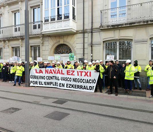 Concentración de la plantilla de La Naval frente al Gobierno Vasco el 14 de febrero de 2019. Foto: Twitter @LaNavalEzItxi