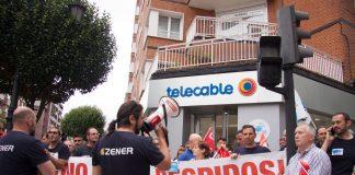Concentración de la plantilla de Zener ante una tienda de Telecable en Oviedo. 26 de julio de 2019. Foto: IG @alisaguerrerofoto