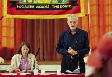 """Jeremy Corbyn habla en un meeting sobre """"Guerra, Paz e Internacionalismo"""" en Sussex, junto a el Claire Wadey."""