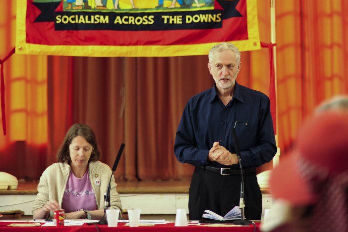 Jeremy Corbyn habla en un meeting sobre