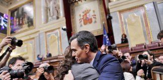Abrazo entre Pedro Sánchez y Pablo Iglesias tras la investidura del primero como Presidente del Gobierno de España. Foto: Podemos.
